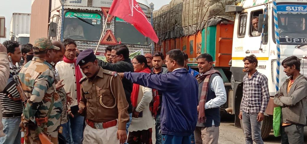 बरकट्ठा में पार्टियों के द्वारा किसानों के समर्थन में रोड जाम किया गया