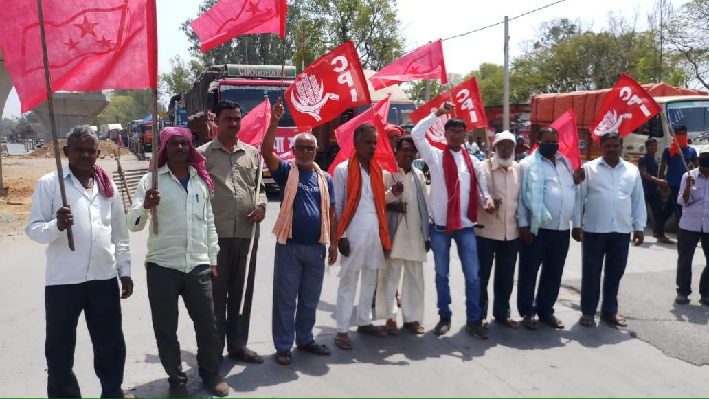 भाकपा माले और भाकपा के द्वारा किसानों के समर्थन में बरकट्ठा जीटी रोड को जाम किया गया
