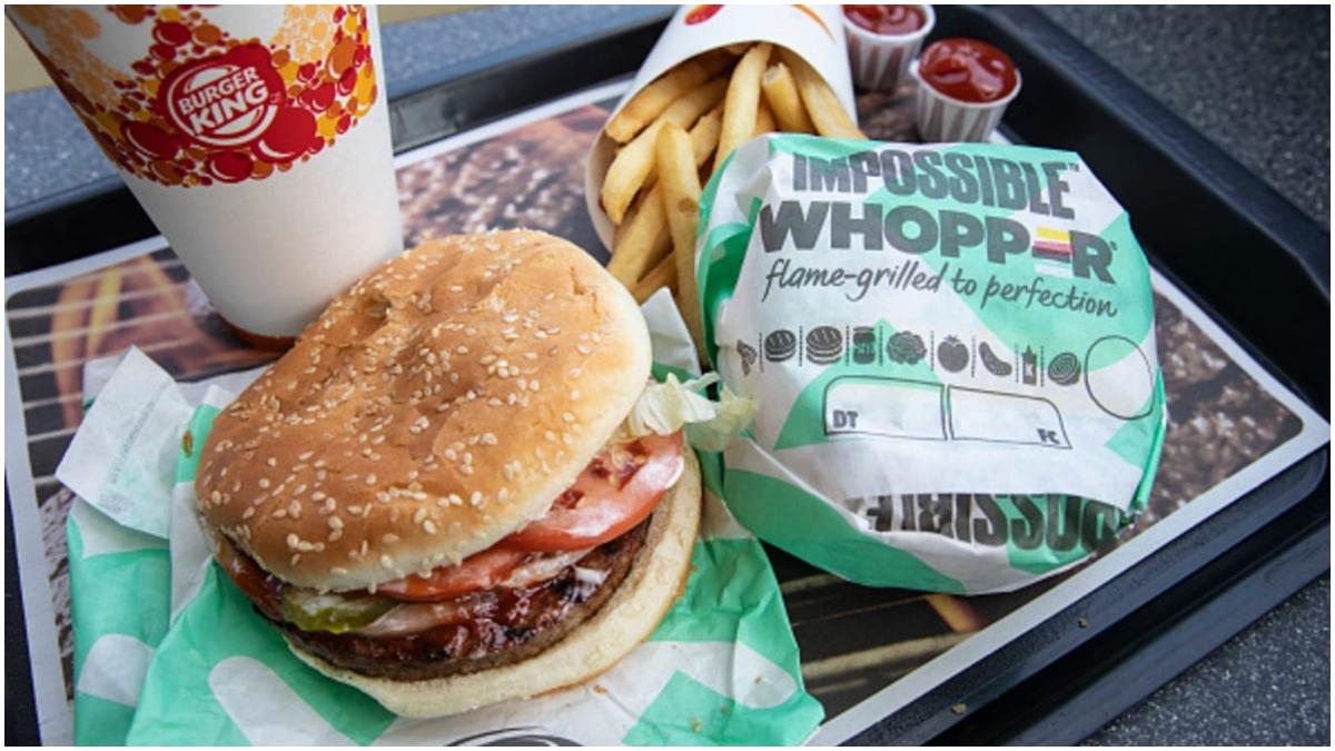 चीन: खराब सामग्री से उत्पाद बनाने का आरोप लगने पर बर्गर किंग ने माफी मांगी