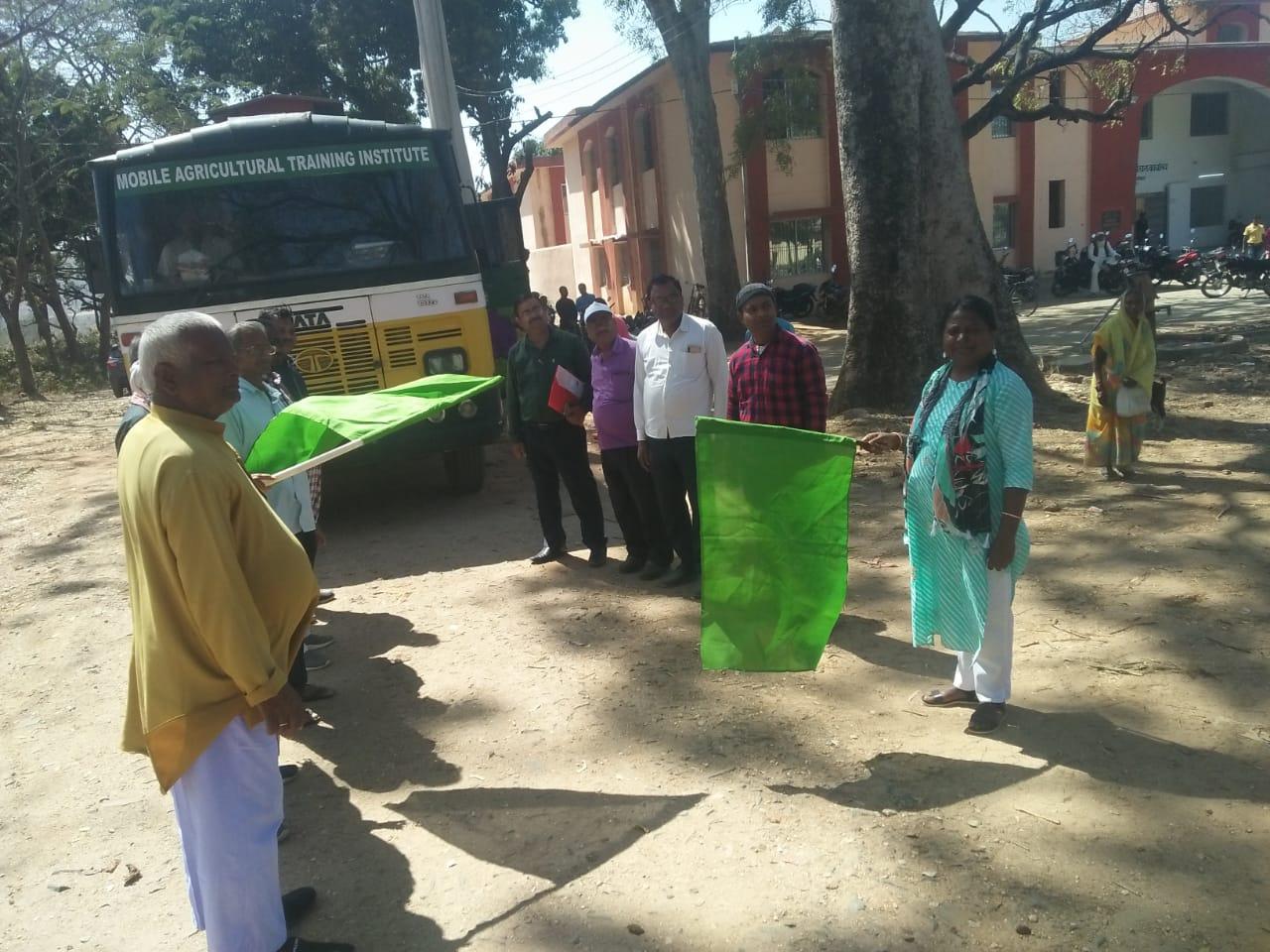 प्रखंड कार्यालय बरकट्ठा से चलंत कृषि वाहन को झंडा दिखाकर प्रखंड विकास पदाधिकारी ने किया रवाना